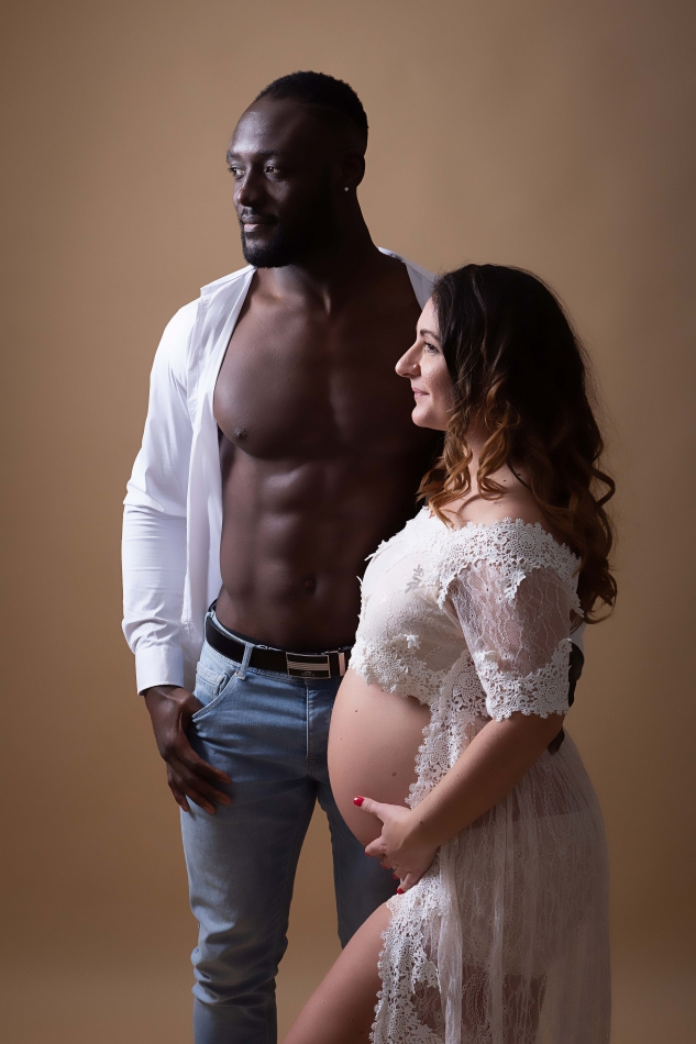 Shooting photo couple mixte qui attend un enfant